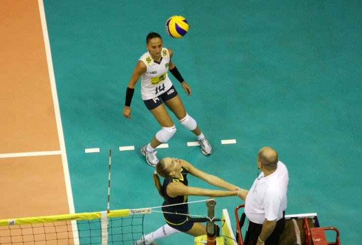 Mari tenta salvar jogada, na vitória do Brasil contra o Peru