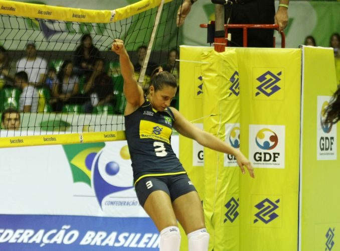 Dani Lins se segura na rede após jogada na vitória em Brasília