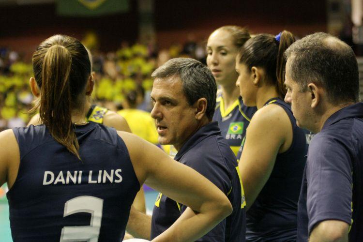 Técnico Zé Roberto passa instruções na vitória fácil da seleção brasileira