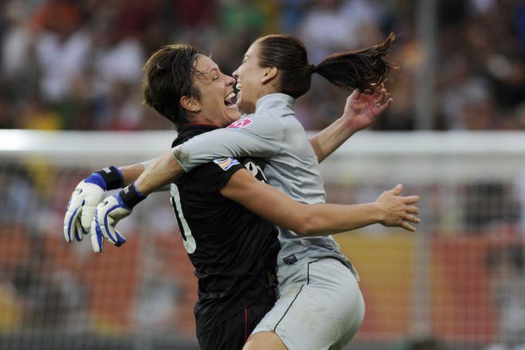 Hope Solo comemora gol nos acréscimos de Abby Wambach, dos Estados Unidos, que levou a partida contra o Brasil para os pênaltis no Mundial feminino