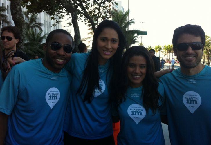 Musa da seleção feminina de vôlei, Jaqueline (2ª da esq) adotou um metro da Maratona do Rio, compareceu ao evento e tirou fotos com os atores Lázaro Ramos (e), Ilde Silva e Eriberto Leão