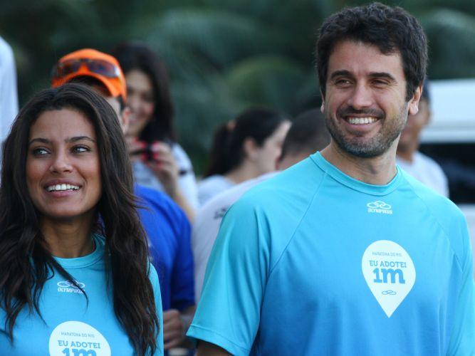 Atores Ilde Silva e Eriberto Leão se divertem durante a Maratona do Rio, realizada na manhã de domingo