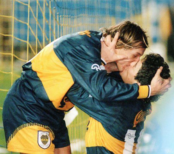 Maradona e Caniggia foram parceiros em campo. Juntos, foram responsáveis, por exemplo, pela eliminação do Brasil na Copa do Mundo de 1990. Entrosamento não faltava aos craques. Na foto, eles selavam a comemoração de um gol pelo Boca Juniors com um beijo na boca.