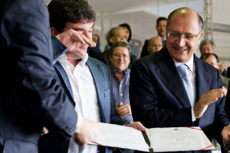 Geraldo Alckmin observa Andrés recebendo lei sancionada que dá ao Corinthians incentivos fiscais para aumentar obra do Itaquerão