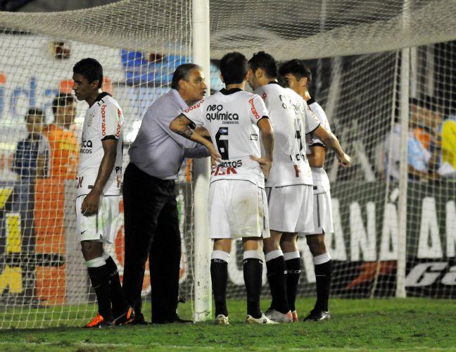 Tite passa instruções aos seus atletas durante a vitória por 2 a 0 contra o Botafogo