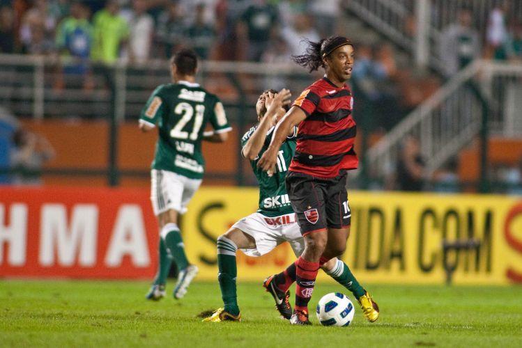 Ronaldinho escapa de marcador, que reclama de cotovelada; Flamengo desafiou o Palmeiras no Pacamebu e arrancou empate
