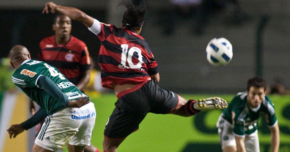 Thiago Heleno e Ronaldinho Gaúcho têm disputa dura pela bola durante empate sem gols entre Flamengo e Palmeiras