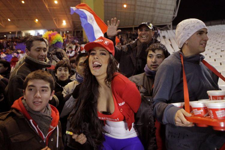 Larissa Riquelme faz a alegria dos torcedores do Paraguai antes da partida contra a Venezuela