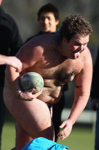 Jogador do Black Nudes corre com a bola no amistoso diante do combinado de Fiji, na Nova Zelândia, antes de partida das seleções principais dos dois países