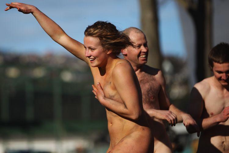 Atleta do Black Nudes, time de peladões da Nova Zelândia, comemora ponto na partida diante do combinado de Fiji em amistoso em território neozelandês