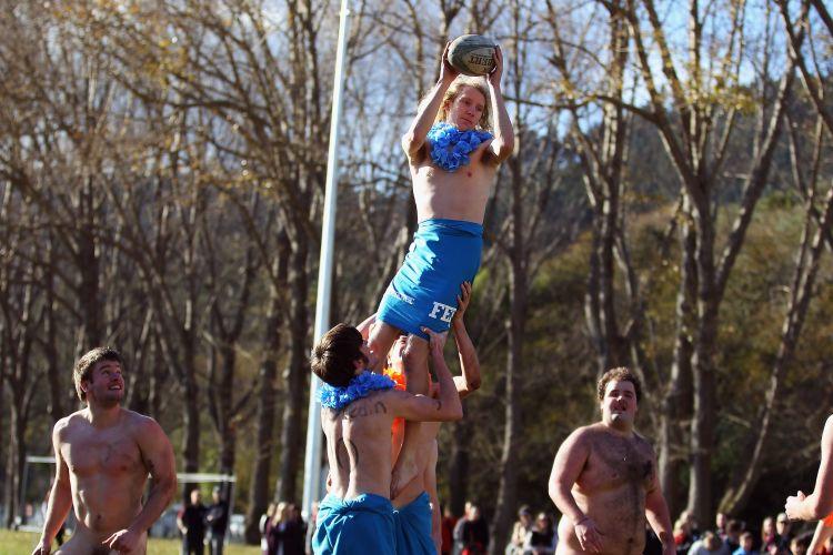 Enquanto os atletas do Black Nudes atuam pelados, os jogadores do combinado de Fiji atuaram com saiotes e uma espécie de colar no pescoço