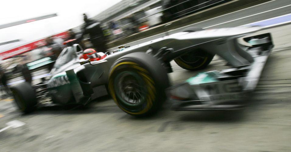 Michael Schumacher deixa os boxes com o carro da Mercedes durante a primeira sessão livre em Nurburgring