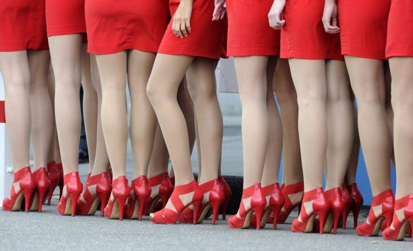 Grid girls dão as boas vindas aos pilotos no treino de classificação para o GP da Alemanha