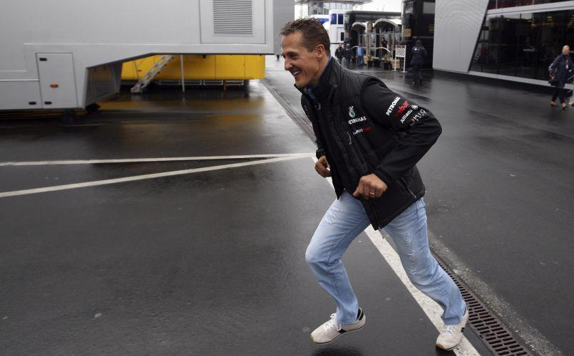 Michael Schumacher chega ao autódromo de Nuerburgring, antes do início da prova