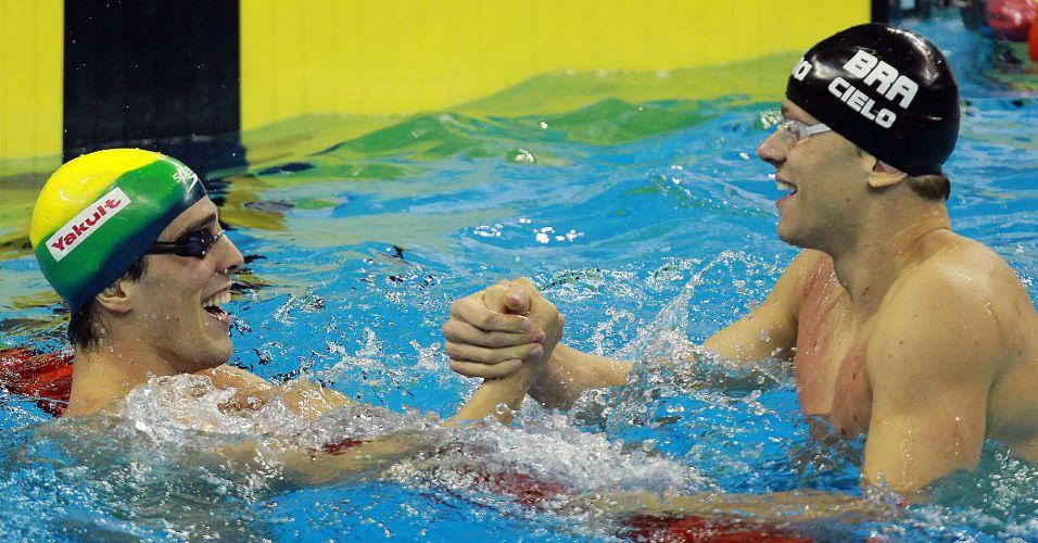 Após a semifinal dos 50 m livre, Bruno Fratus e Cesar Cielo se cumprimentam. Os dois se classificaram com os melhores tempos à final