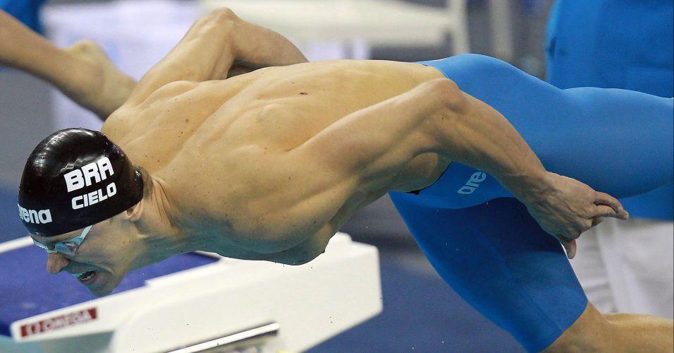 Cesar Cielo salta para a prova dos 50 m em Xangai