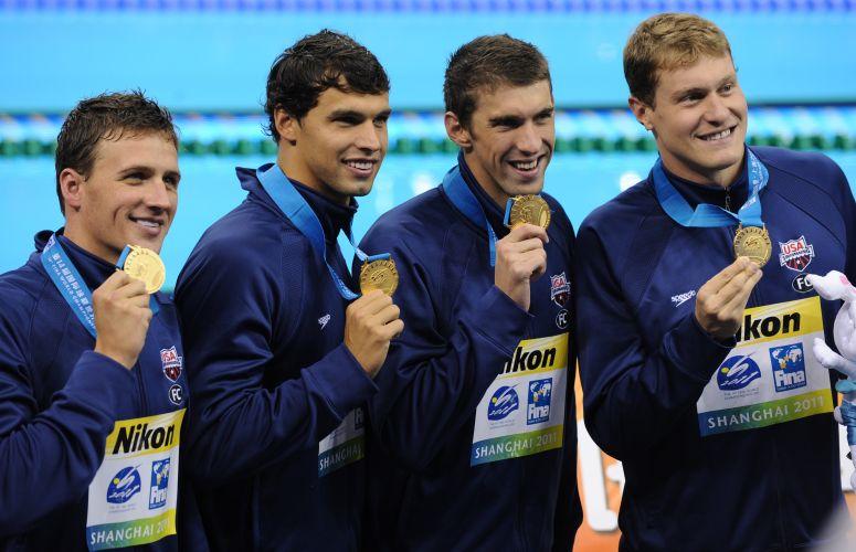 Equipe norte-americana dos revezamento 4x200 m livre exibe medalha de ouro em Xangai