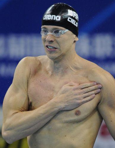 Antes da semifinal dos 50 m, Cesar Cielo não deixou de dar os tradicionais tapas no peito