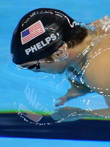 O norte-americano Michael Phelps em ação durante a semifinal dos 100 m borboleta