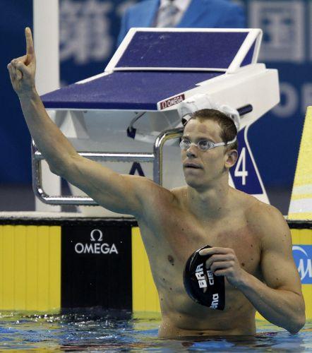 Cesar Cielo comemora após a conquista da medalha de ouro nos 50m livres no Mundial de Esportes Aquáticos em Xangai