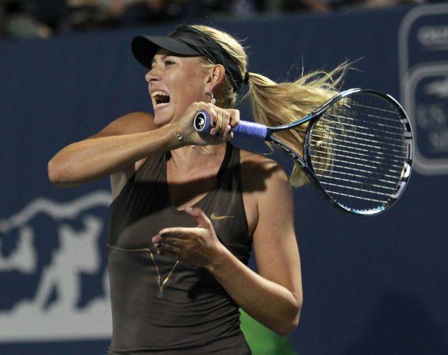 Maria Sharapova rebate durante a partida contra Serena Williams. Tenista russa perdeu por 2 sets a 0 e foi eliminada nas quartas de final do Torneio de Stanford