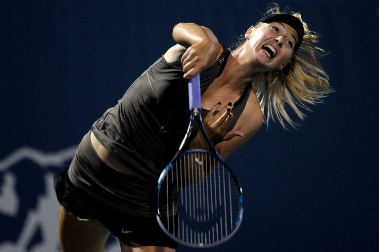 Maria Sharapova se esforça em uma devolução. Tenista russa se despediu do Torneio de Stanford após perder para Serena Williams por 2 sets a 0
