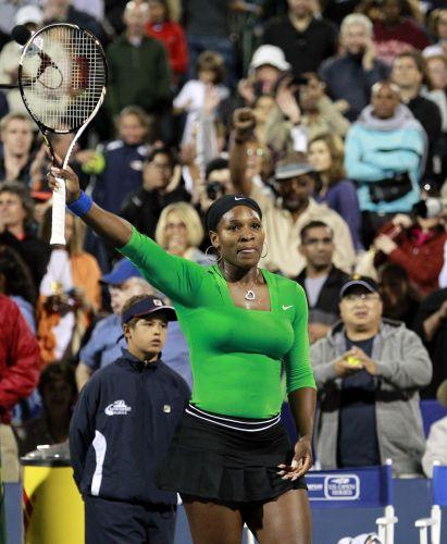 Serena Williams vibra com a vitória por 2 sets a 0 (parciais de 6-1 e 6-3) sobre Maria Sharapova. Tenista norte-americana avançou para as semifinais do Torneio de Stanford