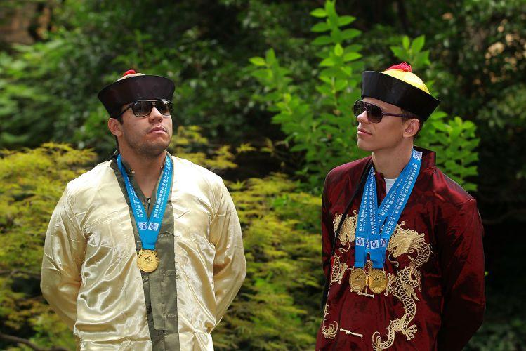 Felipe França (e) e Cesar Cielo fazem pose com as medalhas que ganharam no Mundial de Xangai