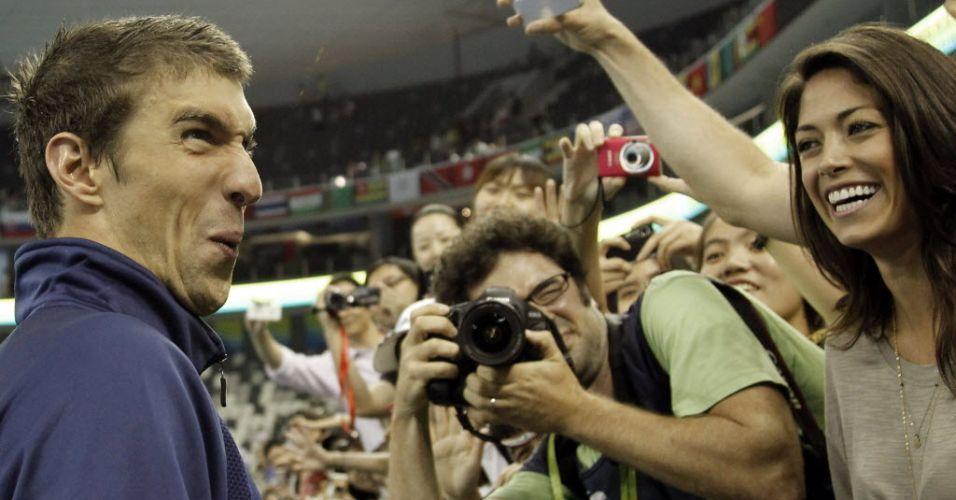 Michael Phelps faz careta ao lado da namorada Nicole Johnson durante o Mundial de Xangai
