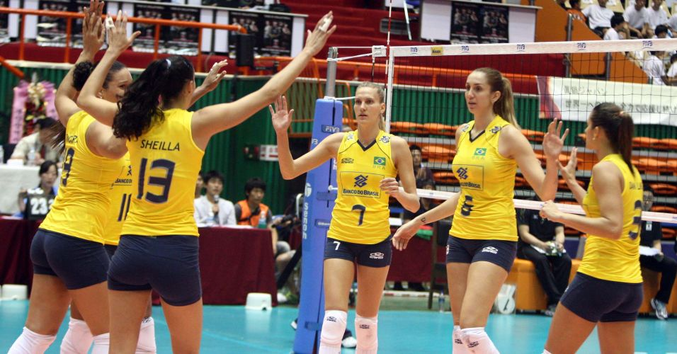 Maior pontuadora brasileira, Sheilla comemora ponto com as companheiras de seleção brasileira contra o Japão