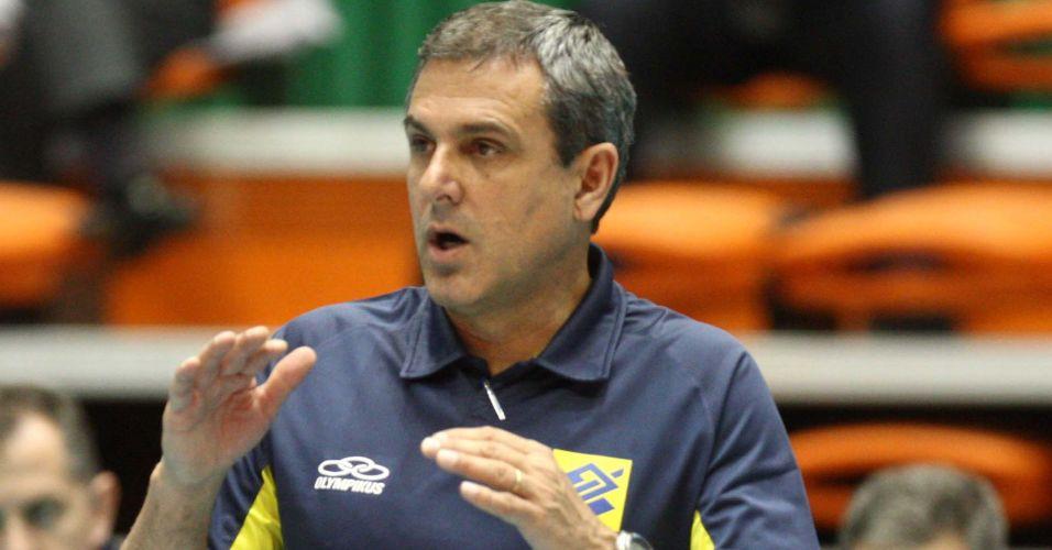 Técnico José Roberto Guimarães orienta as jogadoras brasileiras na vitória sobre o Japão em Busan