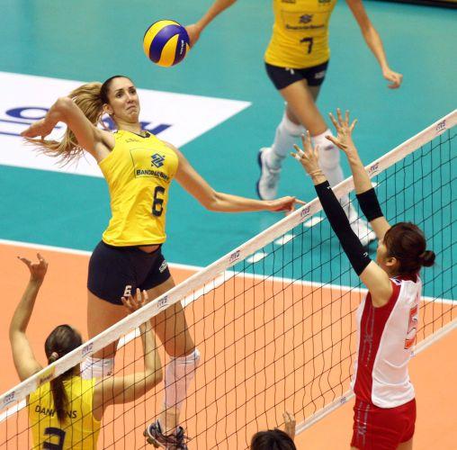 Thaísa sobe para atacar após levantamento de Dani Lins na vitória sobre a seleção japonesa