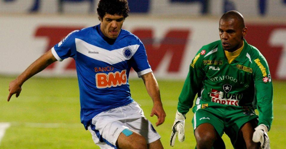 Jefferson tenta evitar o gol de Ortigoza na partida Cruzeiro x Botafogo
