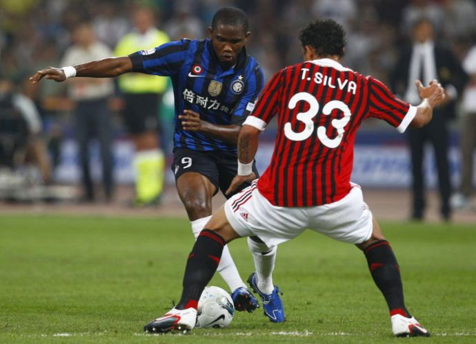 Samuel Eto'o tenta passar pela marcação do zagueiro brasileiro Thiago Silva na vitória de virada do Milan sobre a Inter