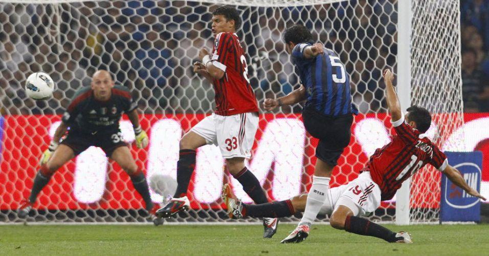 Dejan Stankovic chuta contra a marcação de Thiago Silva e Gianluca Zambrotta na vitória do Milan sobre a Inter de Milão