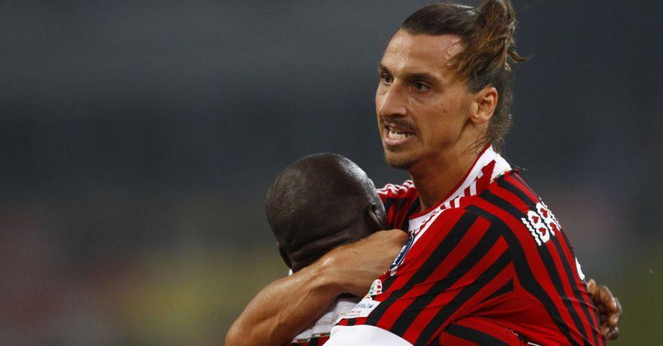 Ibrahimovic abraça Seedorf após marcar para o Milan em jogada iniciada por Robinho na vitória sobre a Inter de Milão