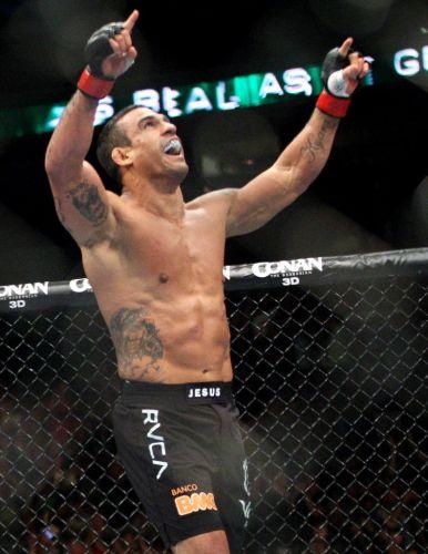 Vitor Belfort comemora vitória fulminante no UFC 133