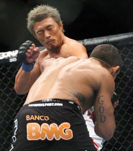 Yoshihiro Akiyama fica com olho direito inchado em luta com Vitor Belfort