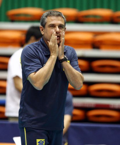 José Roberto Guimarães orienta jogadoras da seleção brasileira de vôlei durante vitória sobre a Coreia do Sul
