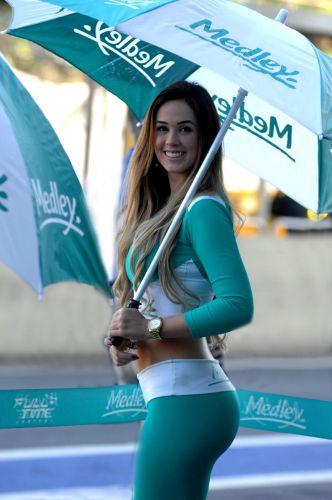 07.ago.2011 - Grid girl atrai a atenção nos boxes da equipe Medley/Full Time em Interlagos antes da Corrida do Milhão