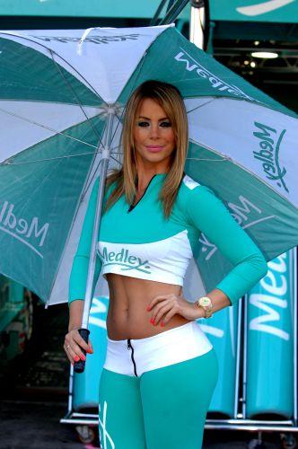 07.ago.2011 - Grid girl posa em frente aos boxes da equipe Medley/Full Time em Interlagos antes da Corrida do Milhão