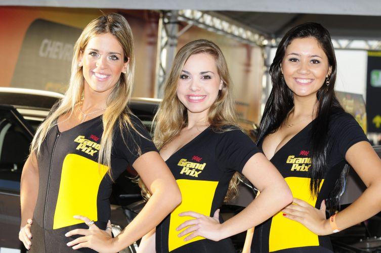 07.ago.2011 - Promotoras se destacam nos estandes da Stock Car em Interlagos antes da Corrida do Milhão