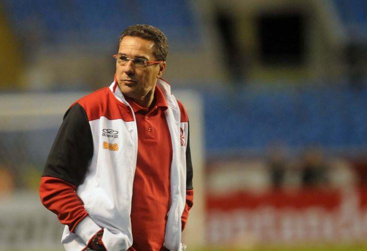 Vanderlei Luxemburgo, técnico do Flamengo, faz cara feia durante duelo de sua equipe contra o Atlético-PR