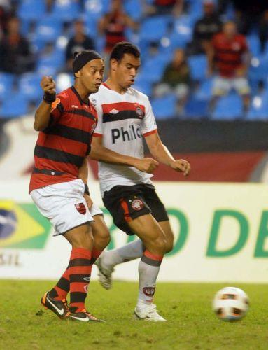 Ronaldinho Gaúcho entrou no segundo tempo e fez o gol da vitória do Flamengo sobre o Atlético-PR, na Copa Sul-Americana