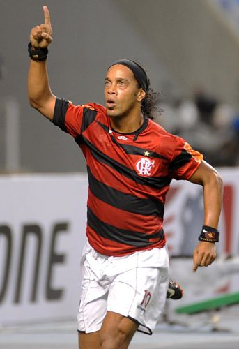 Ronaldinho Gaúcho corre para comemorar gol de pênalti, que decidiu vitória do Flamengo sobre o Atlético-PR, na Copa Sul-Americana