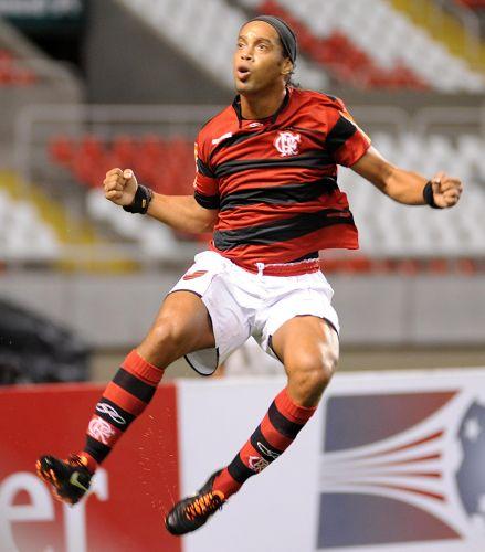 Após iniciar o jogo contra o Atlético-PR no banco, Ronaldinho teve que deixar de lado o descanso para decidir vitória do Flamengo