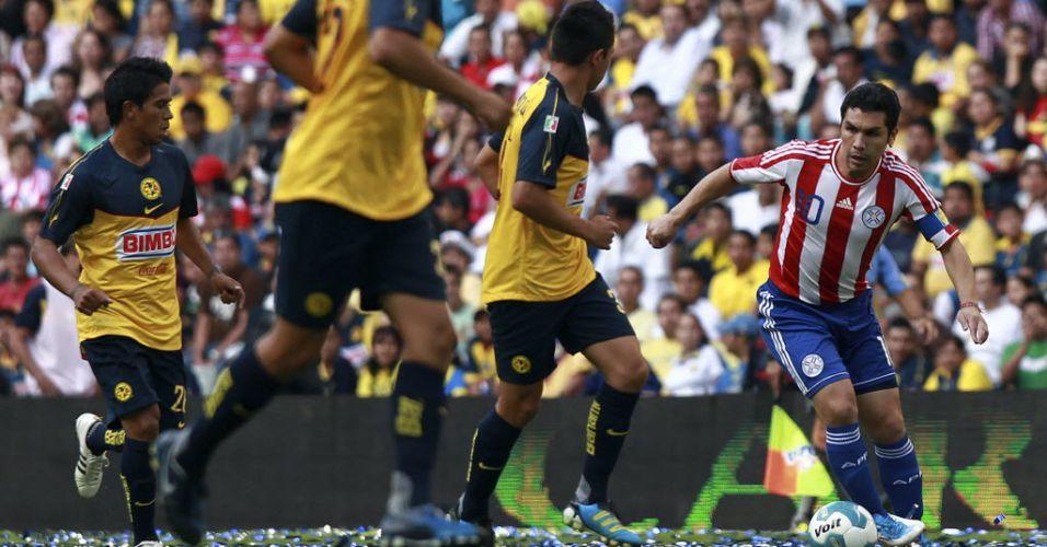 Recuperado após sofrer um tiro na cabeça em janeiro de 2010, paraguaio Salvador Cabañas volta aos gramados em amistoso entre Paraguai e América-MEX e veste a camisa dos dois times