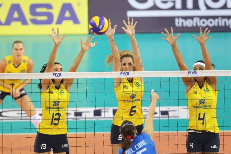 Sheilla, Thaísa e Paula Pequeno tentam parar o ataque de Antonella Del Core, na vitória do Brasil sobre a Itália