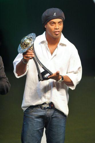 e volta ao Brasil, Ronaldinho Gaúcho voltou a figurar entre os principais jogadores do país e entre os solteiros mais cobiçados