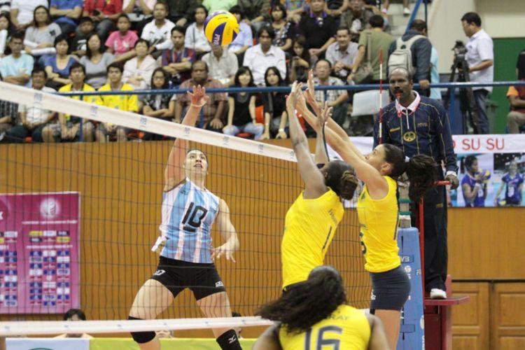 A seleção brasileira feminina de vôlei atropelou a Argentina neste sábado por 3 sets a 0 no Grand Prix. Na foto, Fabiana e Sheilla tentam bloquear o ataque de Emilce Sosa
